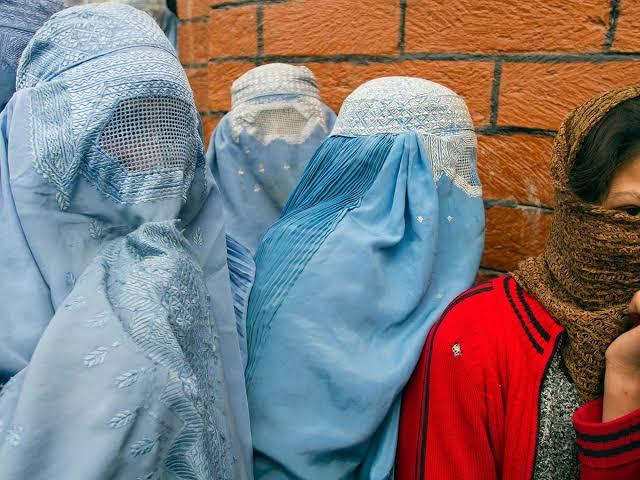 Mujer recibe 40 latigazos en Afganistán por hablar con un hombre por celular