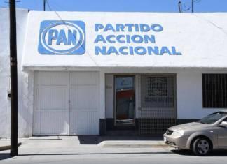 Militantes del PAN entregan apoyos económicos en Torreón