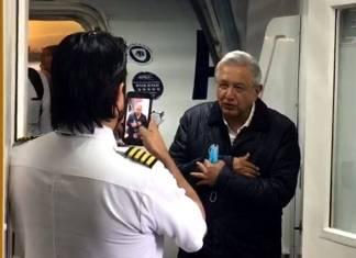 Piloto del avión en el que viajo AMLO, le pide un saludo para su mamá