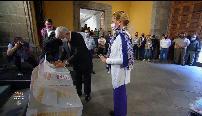 """AMLO acude a votar; """"¡Qué viva la democracia!"""", dijo"""