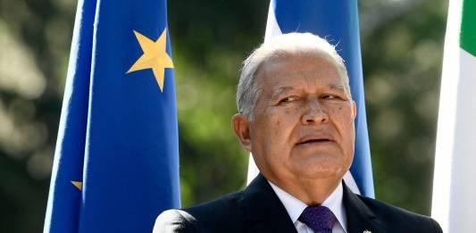 Expresidente de El Salvador es acusado formalmente de enriquecimiento y lavado de dinero