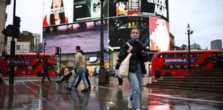 """Johnson indicó que se apuesta a la responsabilidad social para poder llevar a cabo la última etapa para levantar las restricciones por la Covid-19. El Primer Ministro de Inglaterra, Boris Johnson confirmó el lunes que su gobierno planea la eliminación de las medidas de bioseguridad; buscando retirar el uso obligatorio del cubrebocas y el distanciamiento social durante este mes. Sin embargo, Johnson reconoció que esto podría provocar un posible incremento en el número de contagios de la Covid-19. Así mismo, señaló que los controles legales serán cambiados y se apostará a la """"responsabilidad social""""; esto luego de que Inglaterra pase a su fase final de su plan para poder levantar la cuarentena aplicada contra la pandemia. Para lo cual, se espera que esta pueda ser levantada el próximo 19 de julio, aunque la decisión será confirmada el 12 de este mes. De esta forma, las personas ya no serán obligadas a usar mascarillas bajo pena de alguna sanción; sin embargo, puede ser que los operadores de tránsito y en las empresas, sea necesario todavía utilizar el cubrebocas. Aunque su uso podría ser recomendado para su uso dentro de espacios cerrados, para evitar algún posible contagio. Con lo cual, los centros de diversión nocturna podrán reabrir tras 16 meses de permanecer cerrados. Además, los clientes ya no tendrán que escanear el código QR cuando vayan a algún restaurante o un centro nocturno. Por lo que, además se podrá volver a los centros de trabajo si es necesario; estos cambios se llevarán a cabo en Inglaterra, Escocia, Gales e Irlanda del Norte. Gran Bretaña lleva registrado más de 128 mil muertes por Covid-19, siendo el país más afectado de Europa occidental."""
