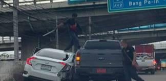 Hombre desenvaina espada samurai y ataca a conductor en accidente vehicular