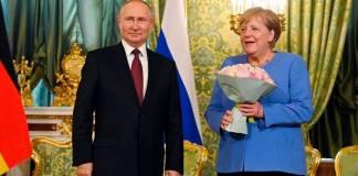 Putin recibe con flores a Merkel; analizarán crisis de Afganistán