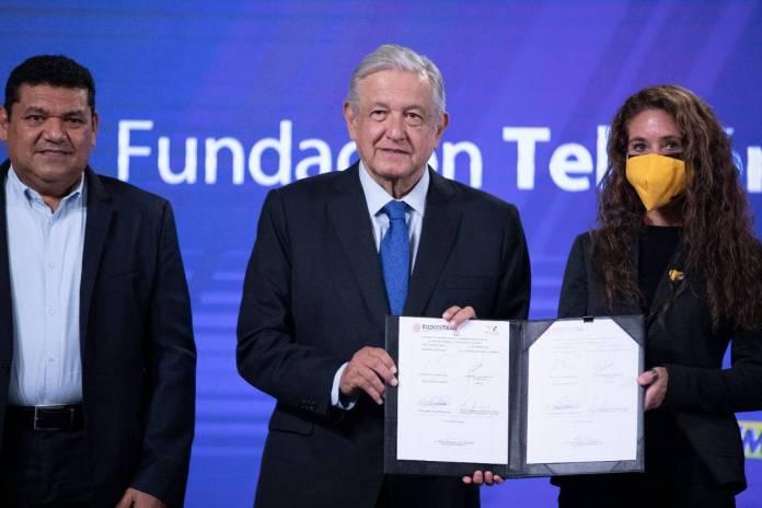 AMLO y Teletón firman convenio para ayudar a niños y niñas pobres con discapacidad