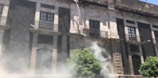 Dispersan a feministas del Congreso del Edomex con agua y gas