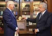 AMLO urge a embajador de EU actuar para resolver crisis migratoria
