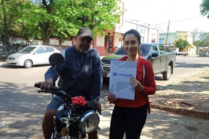 Joven regala moto a su padrastro por ayudarla a estudiar dos carreras