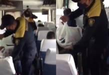 Policías de CDMX le invitan tacos y refrescos a migrantes centroamericanos