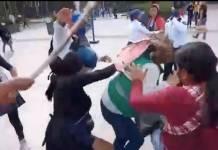 Ambulantes golpean con palos a funcionaria de la CDMX