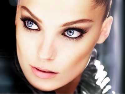 Chica con ojos negros perfilados con tendencia de maquillaje de otoño