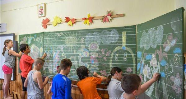 377f6cdd48 Diákok a vakáció szót írják a táblára az utolsó tanítási napon a debreceni  Hunyadi János Általános Iskolában 2017. június 15-én.