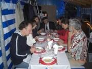 7 Personen bei Essen der Kürbissuppe