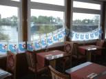 Chinarestaurant Weil, Galerie 1.OG, Aussicht auf Rhein, Fenster dekoriert mit Regioboot Fähnchenkette