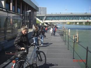 Velofahrerin im Vordergrund vor Rhypark auf Wegbrücke