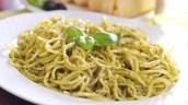 Minze-Spaghetti mit schwarzen Oliven