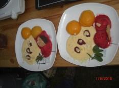 20:26 Dessert: Poschierte Pfirsiche mit Mandelsauce und Himbeersorbet