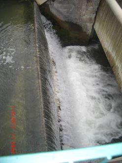 Mini Wasserkraftwerk mit VLH Turbine.. Am linken Bildrand ist der Durchmesser der Turbine unter Wasser sichtbar.