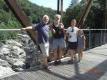 Alte Eisenbahnbrücke bei Ponte Brolla. 4 Personen Gruppenbild