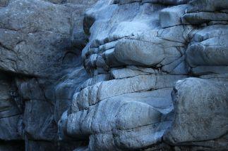Ausgewaschene bizarre Gneis-Felsen aus plattigem, feinkörnigem Paragneis