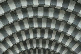 Detail abgestufter 2-farbiger Natursteinbogen