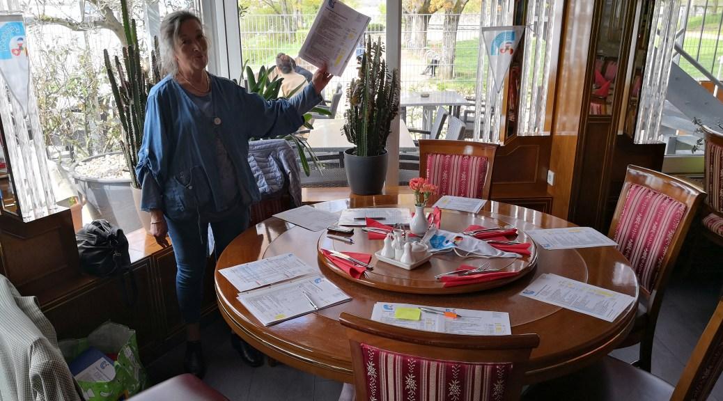 Runder Tisch vorbereitet für 6 Personen mit GV Unterlagen