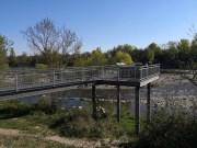 Offene Aussichtsplattform aus Stahl mit Infotafeln über dem Ufer. LBH 5x5x5 m.