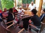 7 rastende Velofahrer bei einer Pizza Quattro Stagioni