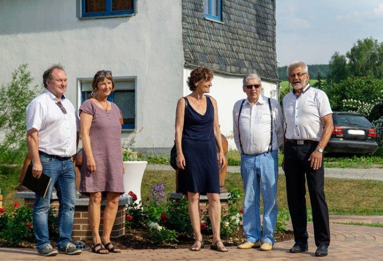 Foto von links nach rechts: René Fleischer, Töchter von Walter Richter, Peter Tauscher und Bernd Pohlers