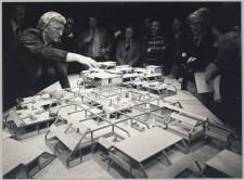 1979, architect Bonnema toont een maquette van het gebouw. Foto: PEN. CC-BY licentie.