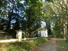 Het afsluitingshek van de begraafplaats met aan het eind een woning. Licentie CC-BY. Foto: Regionaal Archief Alkmaar