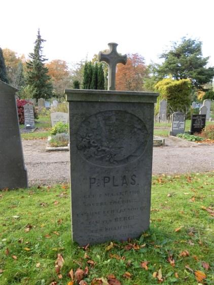 Grafzerk van de schilder Pieter Plas (1810-1853). Na het ruimen van het graf ging de zerk naar de familie. Deze schonken het later weer terug aan de Algemene Begraafplaats die het weer terug plaatste op zijn originele plek. Licentie CC-BY. Foto: Regionaal Archief Alkmaar