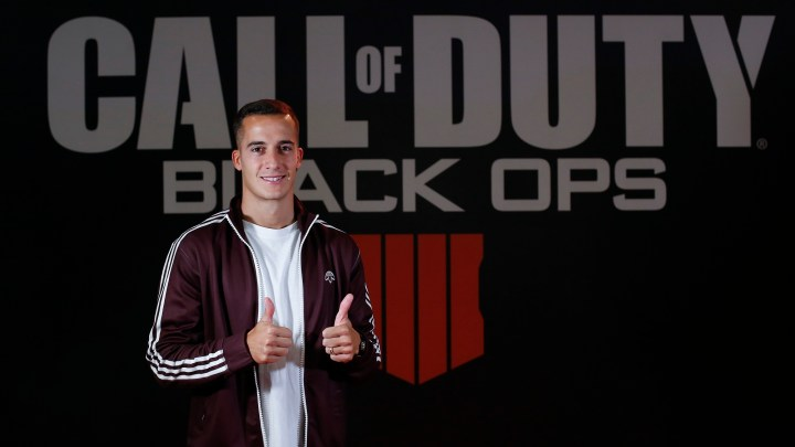 El futbolista Lucas Vázquez se divierte en Madrid Games Week 2018 con Call of Duty: Black Ops 4