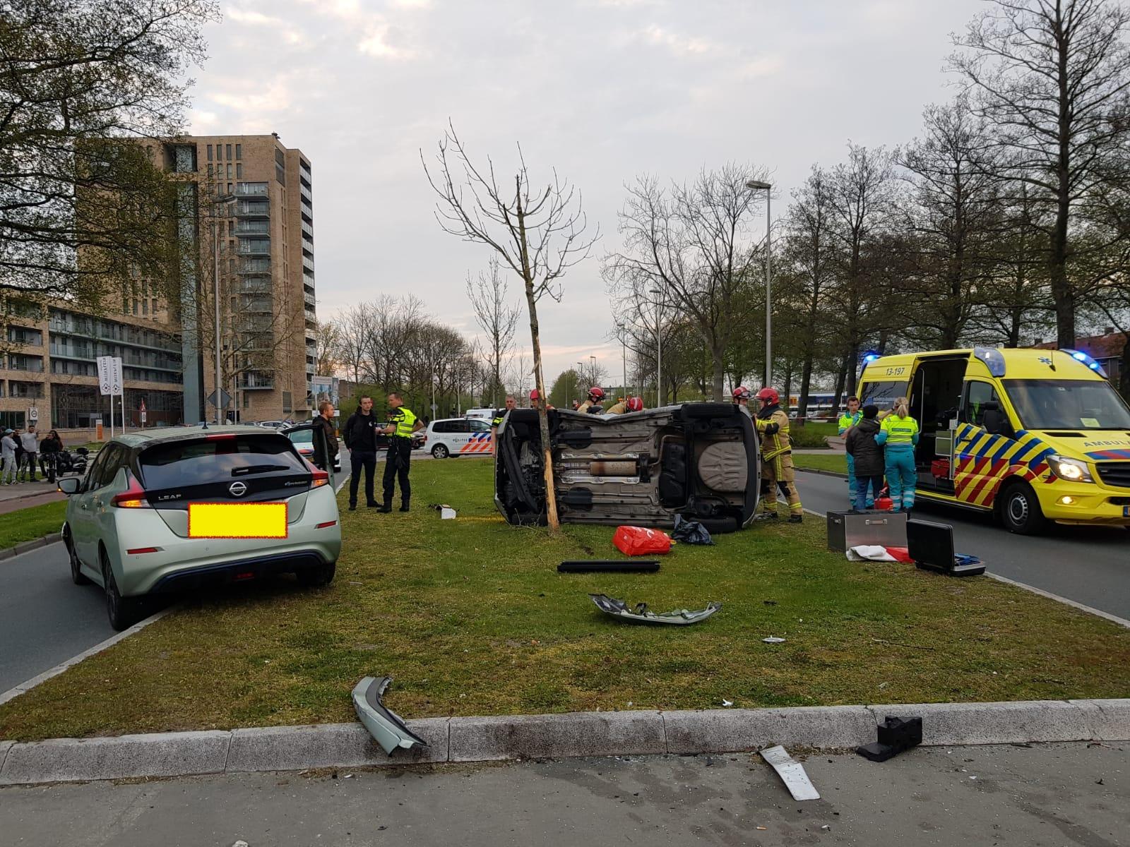 Auto op zijn kant door ongeluk op Churchilllaan