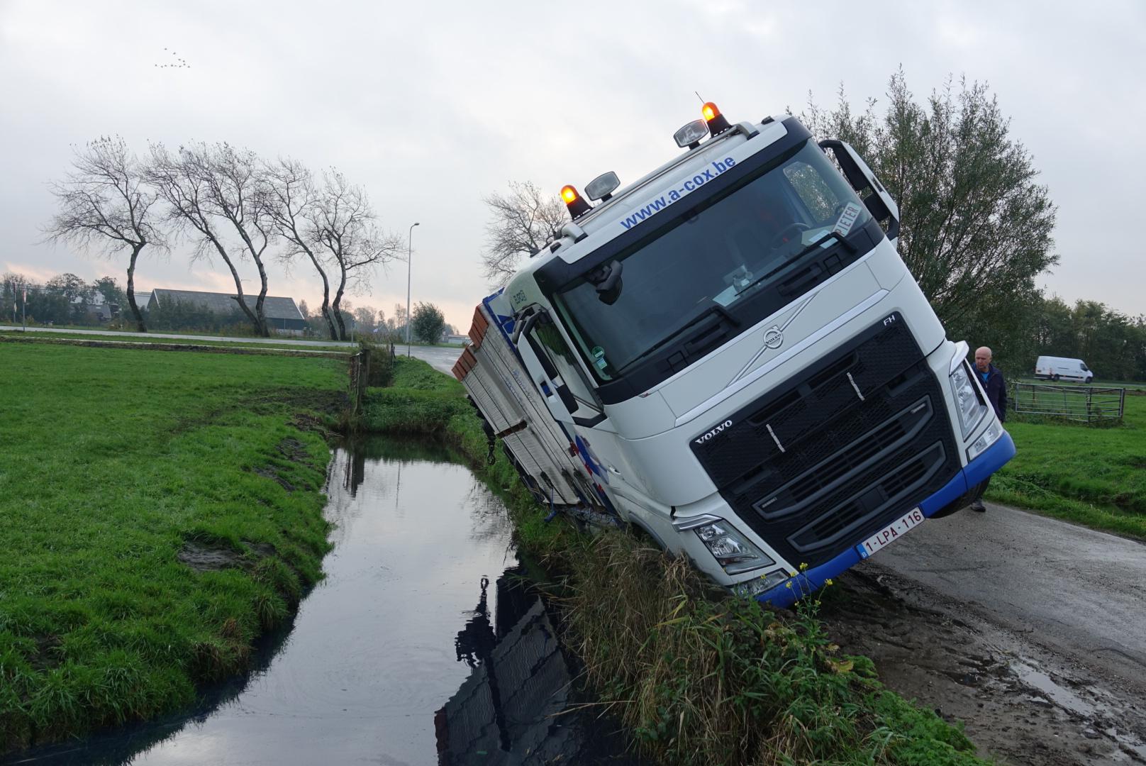 Vrachtwagen van de weg in Broek in Waterland - - Regio Purmerend