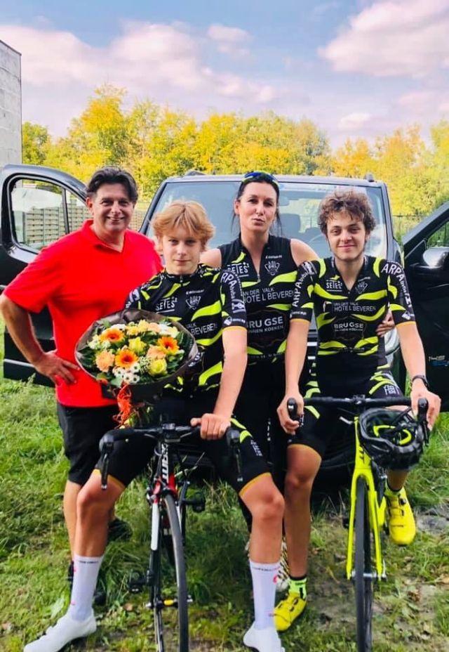 Winnaar Vlad met zijn ouders en ploegmaat Kobe Heremans