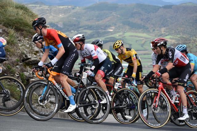 Kobe Goossens (r) beklimt tijdens de zevende rit van de Vuelta de Puerto Orduña