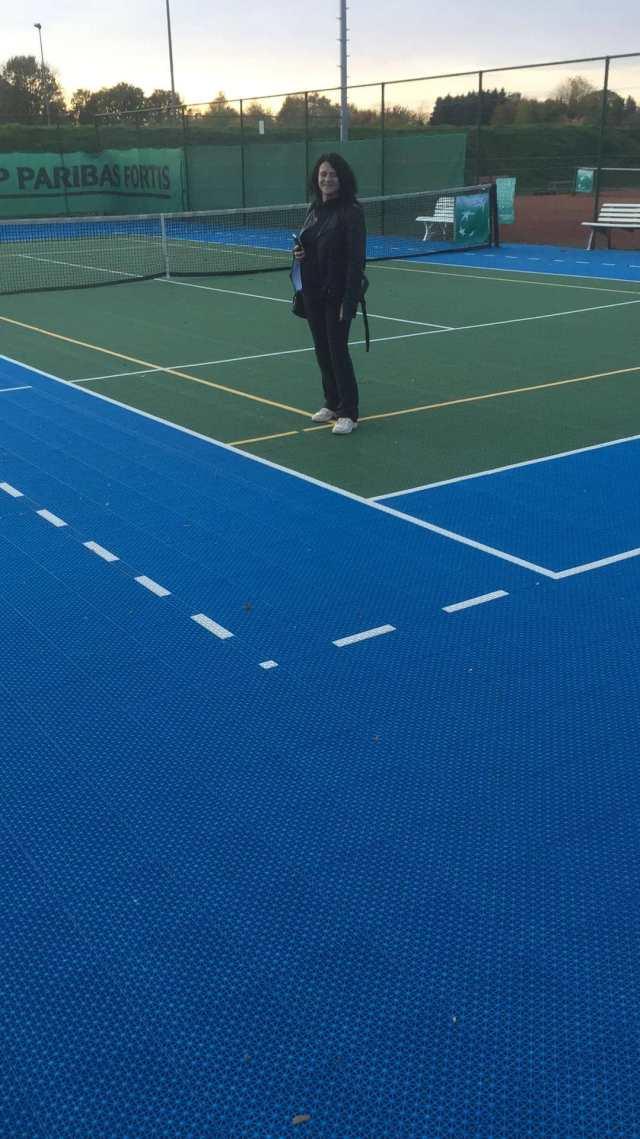 Secretaris Erna Decoster van de Bierbeekse TC op een ander Flex Court veld