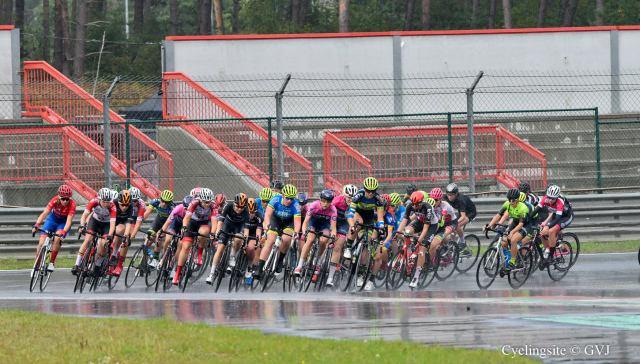 Laura Charlier (blauw met fluogele helm) in het peloton Foto: Jo Groenevinger www.cyclingsite.be