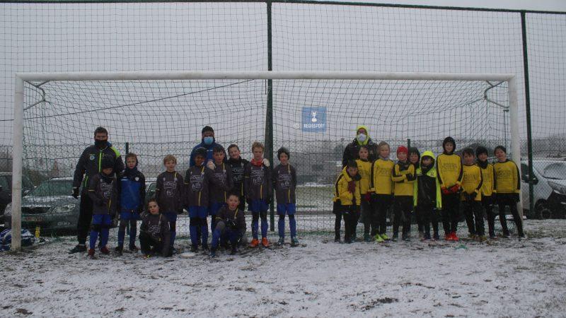 U10 SV Grasheide en NV Keerbergen spelen vriendschappelijk in de sneeuw