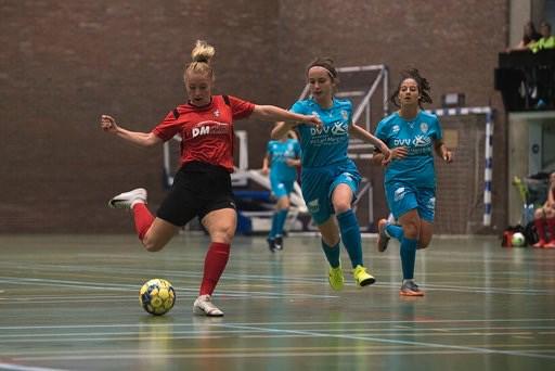Aster (links) in actie voor FP Aarschot tegen haar toekomstige team Halle-Gooik