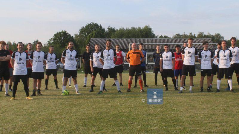 KV Tremelo A en B  oefenen, ref Thomas viert veertigste verjaardag op het veld