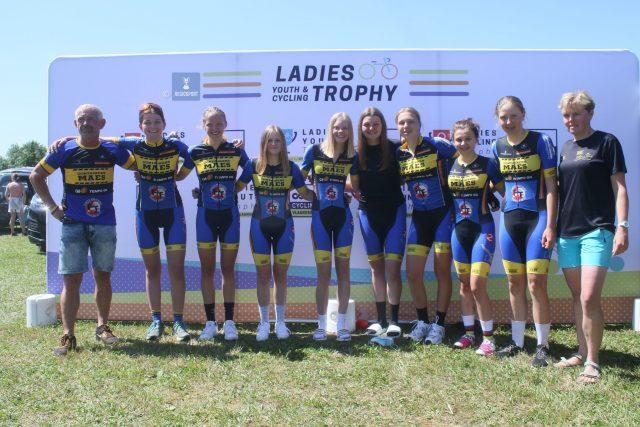 Begeleider Wim Verbeek (l) en kampioene Ella Heremans (vierde van links) met vrouwelijke jeugd van het Glabbeek CT - Maes
