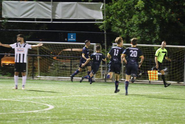 Hambrouck (eerste blauwe van links) viert de 1-0 met de ploegmaats