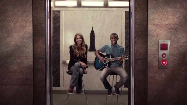 Atriz norte-americana Jessica Alba canta Para Nossa Alegria com Jeferson