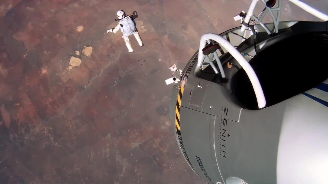 Homem pula de paraquedas do espaço!