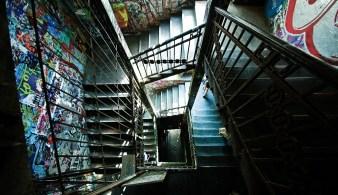 Treppenhaus im Tacheles von oben, bunt