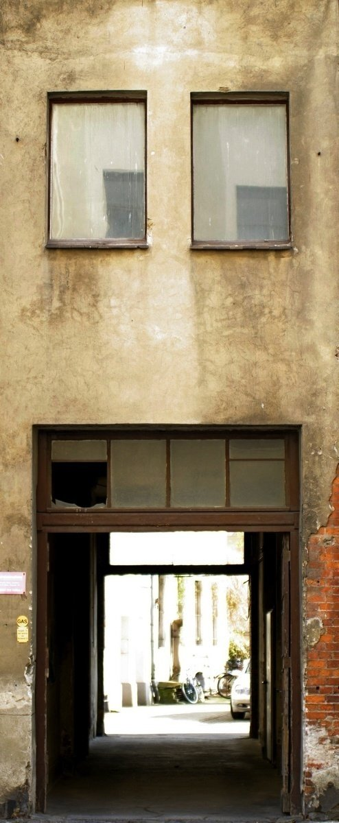 _K201248-Dinge-mit-Gesicht-Haus-mit-Zahnluecke