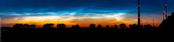 Windkraftanlage im Gegenlicht vor Sonnenuntergang