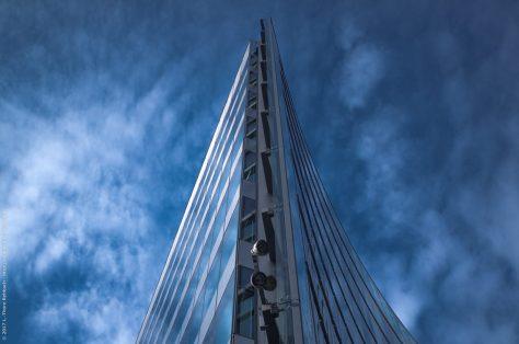 Sony Center, Eckansicht vor blauem Himmel